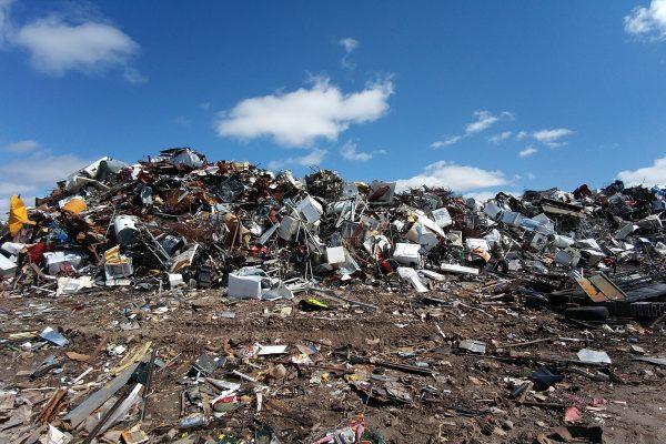 Nielegalne składowanie odpadów w miejscach do tego nieprzeznaczonych