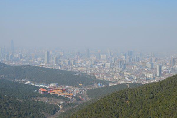 Panorama miasta całkowicie pokrytego smogiem