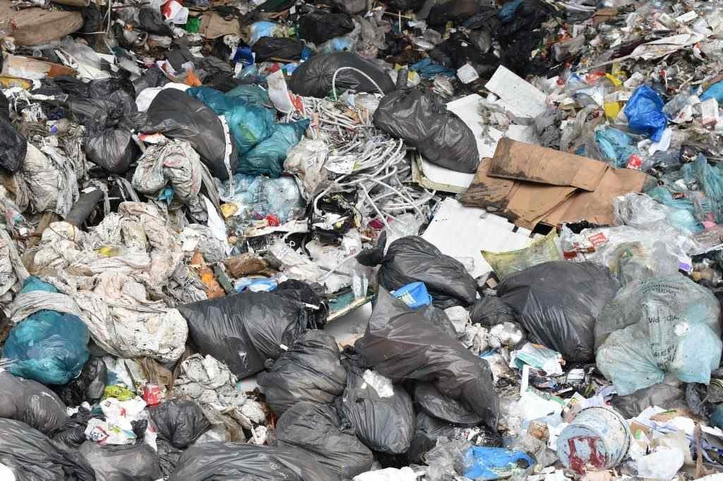 sterta śmieci na składowisku odpadów