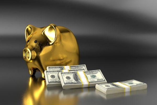 Skarbonka i pliki zaoszczędzonych pieniędzy