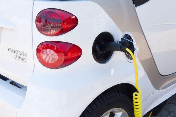 Ładowanie samochodu elektrycznego na stacji