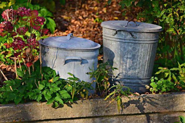Metalowy garnek i pojemnik na śmieci