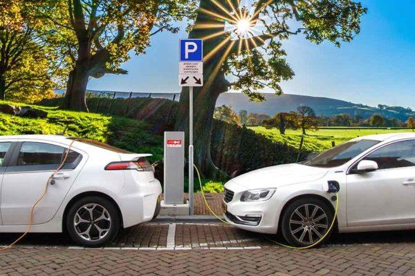 Samochody elektryczne podłączone do stacji ładowania