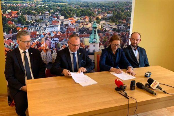 Przedstawiciele firmy Atmoterm SA i IChPW podpisują umowę walki ze smogiem z miastem Jelenia Góra