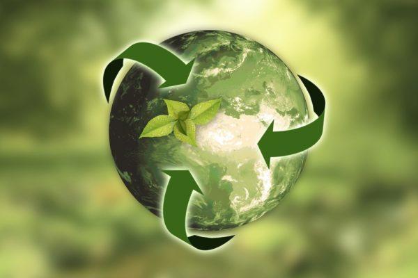 Grafika ziemi i strzałek do wewnątrz obrazująca recykling i gospodarkę o obiegu zamkniętym