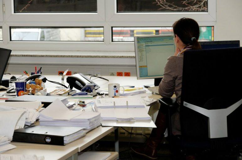 urzędnik w trakcie wydawania pozwolenia środowiskowego