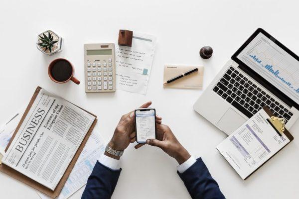 Deweloper przy sprzęcie biurowym potrzebnym do planowania inwestycji oraz analizy przedinwestycyjnej
