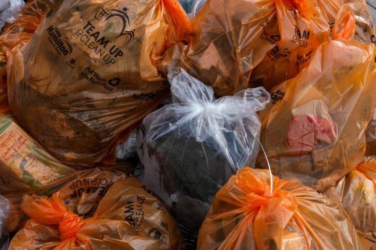 odpady komunalne w workach na śmeici